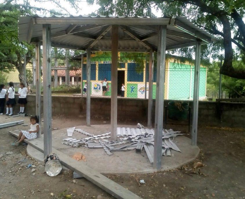 Dos quioscos de estudio fueron construidos por Lufussa y HOI en el Centro de Estudios Básicos de Guanacastillo.