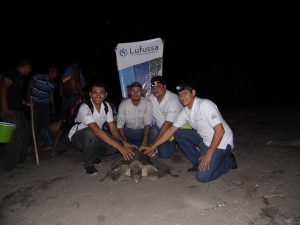 Voluntarios de Lufussa con una de las tortugas golfinas de las que en gran cantidad llegan a desovar en las playas del Golfo de Fonseca