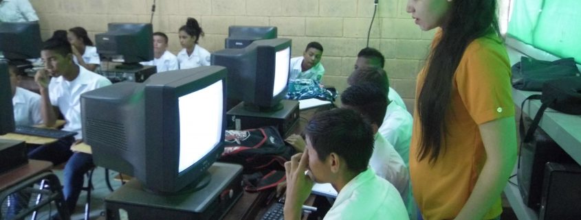 Lufussa imparte cursos de computación a colegios de la zona sur