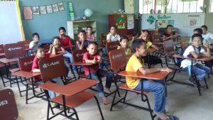 Lufussa dona pupitres a escuela de la comunidad de Santa Cruz de Yarile, en la zona sur